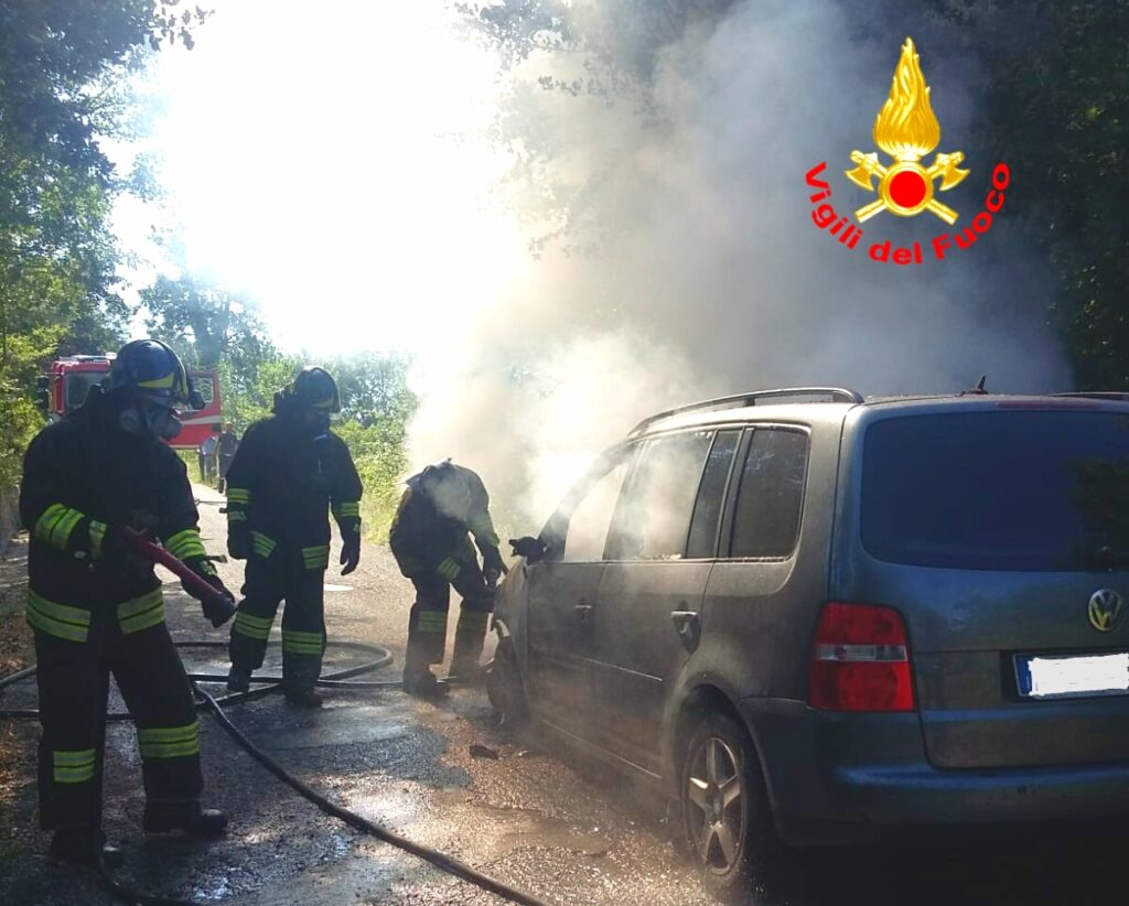 Auto in transito in fiamme a Lioni